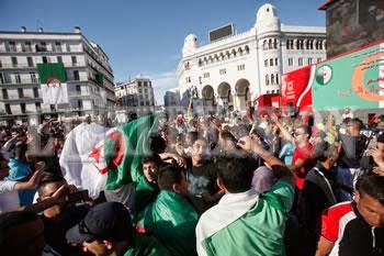 Après la victoire de l'Algérie contre la Corée du sud, Les Algériens dansent la samba