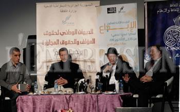 Il étaient présents au 2ème salon de la créativité ,  Aït Menguellet et Idir sur une scène à Alger