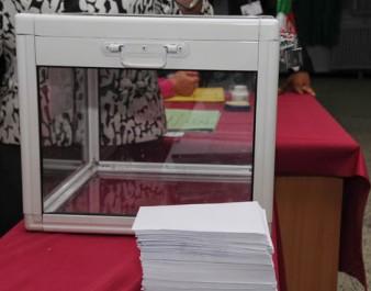 Fin du vote dans les casernes, urnes transparentes et instance indépendante,  Les chemins escarpés de la démocratie
