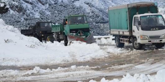Intempéries: intervention des services des Travaux publics et des Transport pour déneiger les routes coupées