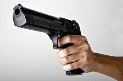 Elle sort son pistolet et tire sur le homeless qui lui demande de bouger sa Porsche