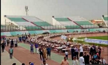 Blida: 4.000 personnes partagent la table de l'iftar au stade de Mustapha Tchaker