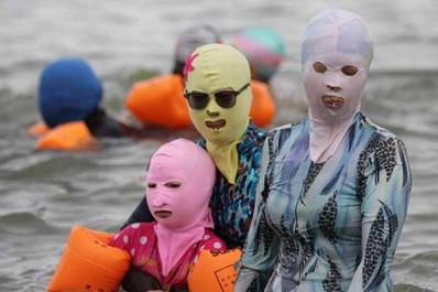 """Du """"Burkini"""" au """"Ras-kini"""" : Nouvelle mode estivale sur les plages algériennes"""