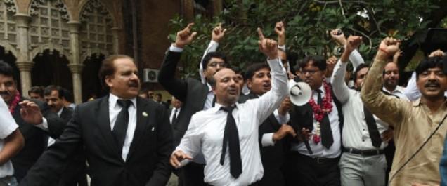 Le Pakistan dans l'incertitude après la destitution de son Premier ministre pour corruption