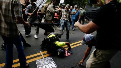 VIDÉO – Affrontements lors d'une manifestation de suprémacistes blancs, une voiture fonce dans la foule: ce qu'il s'est passé à Charlottesville