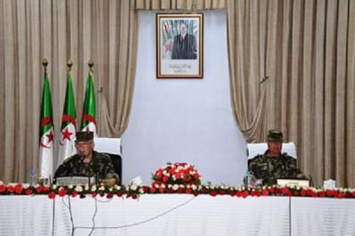 Gaïd Salah poursuit sa visite d'inspection à la 2e région militaire à Oran