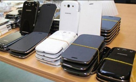 12 tonnes d'accessoires de téléphonie mobile refoulées