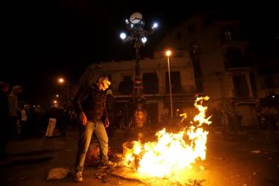 Ils brûlent des pneus pour en récupérer les fils de fer: Des énergumènes «empoisonnent» la vie des habitants de Sidi Chahmi