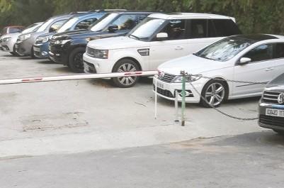 Pour en faire une aire de stationnement : Une rue fermée par un vendeur de voitures