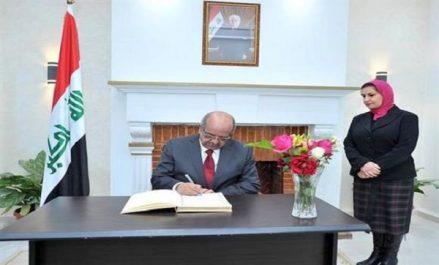 Messahel signe le registre de félicitations à l'ambassade d'Irak à Alger