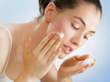 Quels produits d'hygiène conviennent aux peaux acnéiques ?