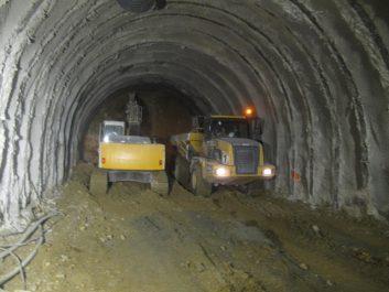 Travaux de creusement d'un tunnel ferroviaire sous la rocade Dar el Beida-Ben Aknoun