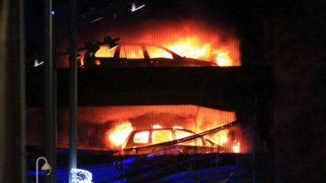 Vidéo- près de 1.400 voitures détruites par un incendie à Liverpool