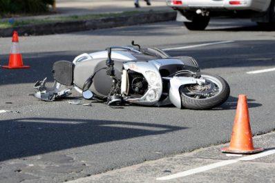 Un motocycliste heurte mortellement un arbre
