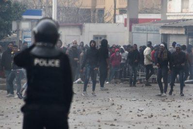 Des protestataires tunisiens ferment un post frontalièr avec l'Algérie