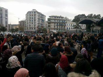 Rassemblement surprise des médecins résidents à Alger-centre (Vidéo)