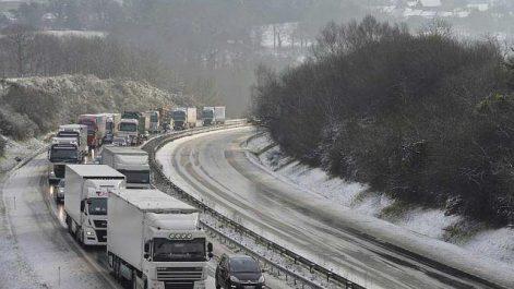 Intempéries : la neige coupe plusieurs routes à la circulation et isole des villages