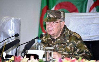 Gaïd Salah poursuit sa visite dans la 2e Région militaire à Oran (MDN)
