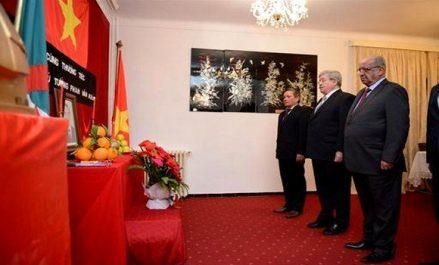 Décès de l'ancien PM du Vietnam : Ouyahia signe le registre de condoléances à l'ambassade du Vietnam
