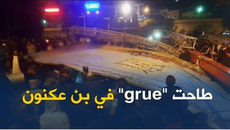 Vidéo: Chute d'une grue en plein autoroute à Alger !
