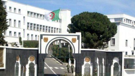 MDN: Un terroriste en possession d'une arme se rend aux autorités militaires à Tamanrasset