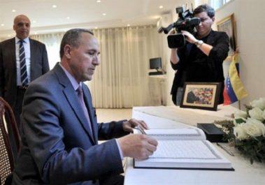 Décès du Maestro Antonio Abreu: le ministre de la Culture signe le registre des condoléances a l'ambassade du Venezuela