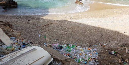 La Bled-trotter « Ihcène- The Algventurous girl » lance une campagne de nettoyage de la plage Rais Hamidou