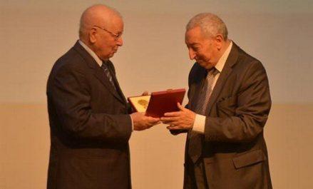 Des médailles de l'ordre du mérite décernées à des hommes de lettre, intellectuels et artistes algériens et étrangers
