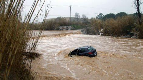 Un automobiliste emporté par les flots !