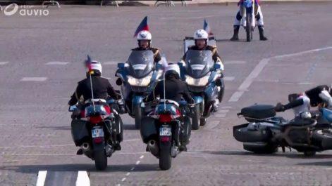 Vidéo – Défilé du 14 Juillet en France : des motards de la gendarmerie se percutent et chutent