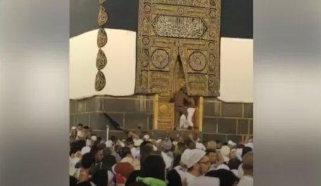 HADJ 2018 : Un hadj escalade la Kaaba et tente de forcer la porte