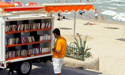 El Tarf : une biblio-plage invite les estivants à renouer avec la passion de la lecture