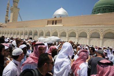 Décès du Cheikh Aboubakr Al-Djazairi: une foule de fidèles accomplit la prière funéraire