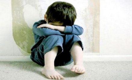 Un enfant puni atrocement pour avoir fait pipi au lit