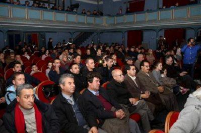 festival du théâtre amazigh de Batna: Ambiance enthousiaste lors de la soirée d'ouverture