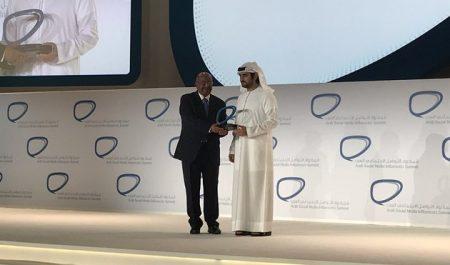 Consacré pionnier des hommes politiques arabes des réseaux sociaux: Messahel reçoit le Prix d'excellence à Dubaï