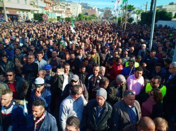 [Vidéo] début de la marche de soutien au groupe Cevital à Béjaïa: Une foule nombreuse se dirige vers le siège de la wilaya
