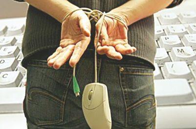 Un individu sous les verrous: Chantage sur le Net