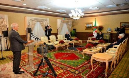 Le président du Conseil constitutionnel Tayeb Belaiz prête serment devant le président Bouteflika