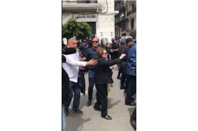 [Vidéo] marche des étudiants à Alger : Quand un policier chasse Djamila Bouhired