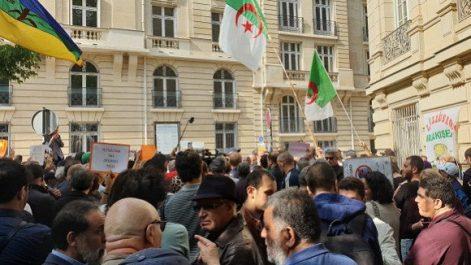 Rassemblement d'Algériens près de l'ambassade d'Algérie à Paris
