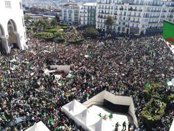 La place de la Grande Poste d'Alger noire de monde ! [vidéo]