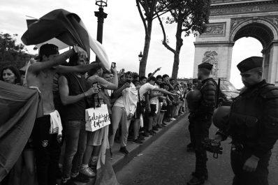 Marine Le Pen veut interdire l'accès aux Champs-Élysées aux supporters de l'Algérie !