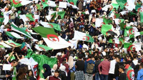 """Ils célèbrent les victoires des fennecs, mais n'oublient pas pas le """"HIRAK"""" : Les Algériens joyeux, mais lucides"""