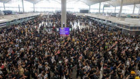 Marée humaine à l'aéroport de Hong Kong contre les violences policières
