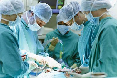 Après avoir subi une opération dans un hôpital britannique : Un septuagénaire sort avec une prothèse dentaire dans la gorge