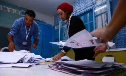Les Tunisiens toujours dans l'attente des résultats préliminaires des élections présidentielles