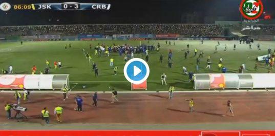 Le match JSK-CRB arrêté pour cause d'envahissement du terrain [vidéo]