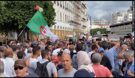 Vidéo : La marche des étudiants débute par l'hymne national