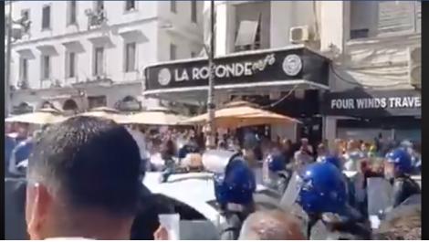 Vidéo : La police a dû céder devant la foule nombreuse venue dénoncer le projet de loi sur les hydrocarbures qu'elle assimile à un bradage des recherches du pays.